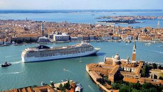 В Венецию прибыл гигантский круизный корабль