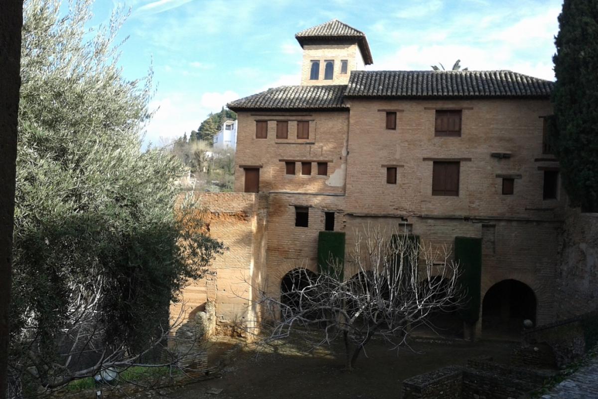 Granada es Edificio y patio de armas.